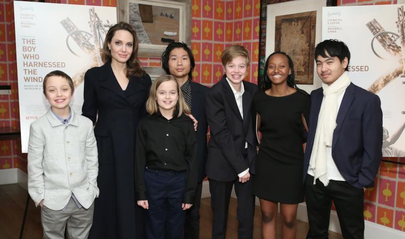 Angelina Jolie con i figli Chivan Maddox, Zahara Marley, Shiloh Nouvel, Pax Thien, Knox e Vivienne