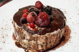 Torta con crema di cacao e frutti di bosco