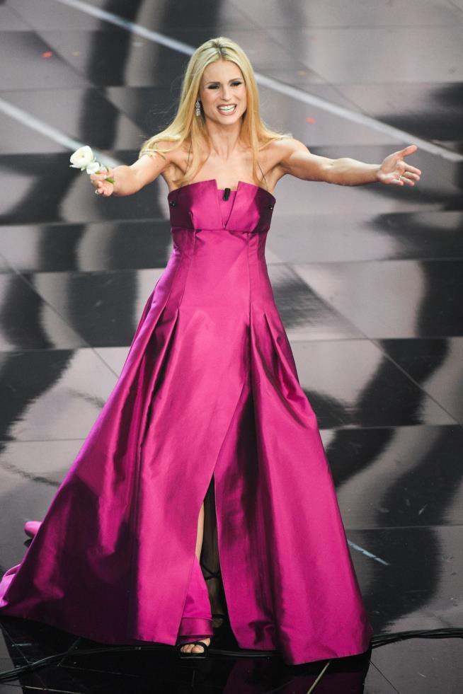 Il vestito firmato Alberta Ferretti fucsia diMichelle Hunziker