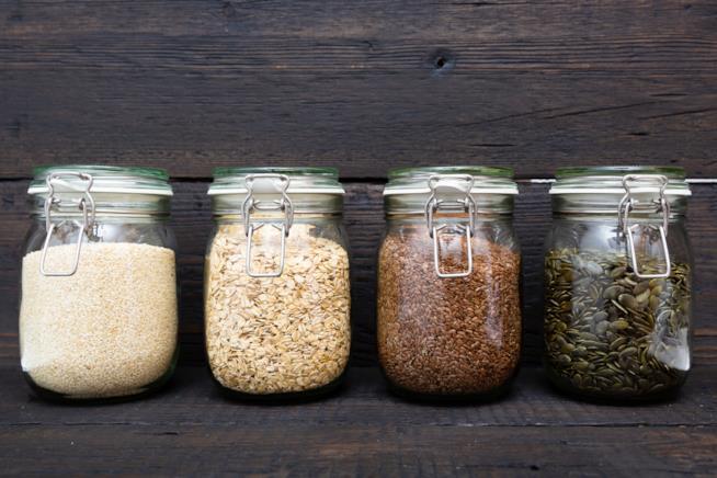 Barattoli di vetro riempiti di semi e cereali