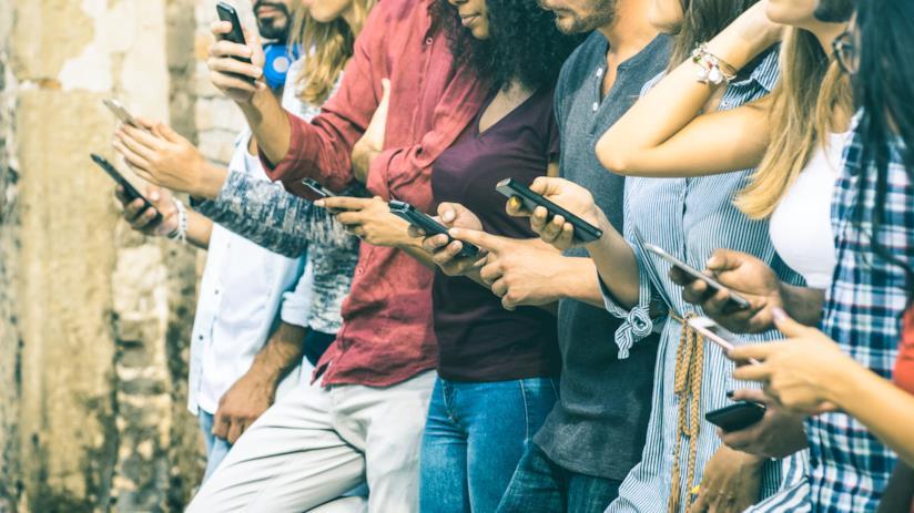 Gruppo di ragazzi e ragazzi con gli smartphone