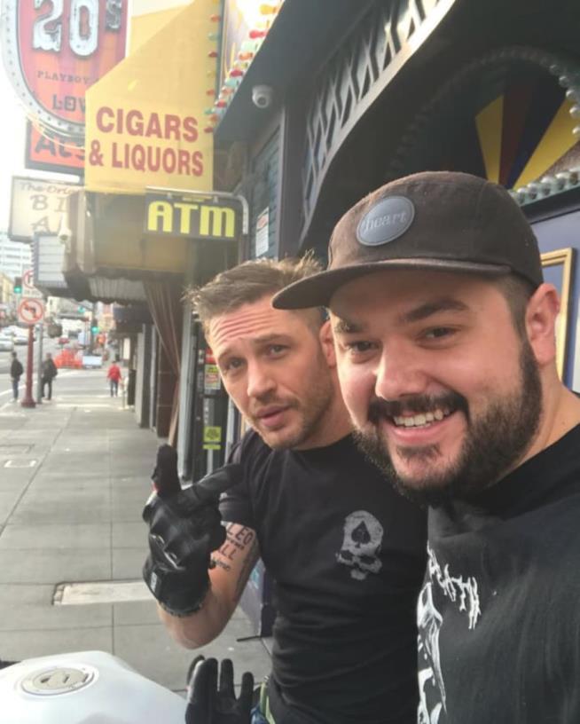 Selfie di Tom Hardy e un fan su un marciapiede