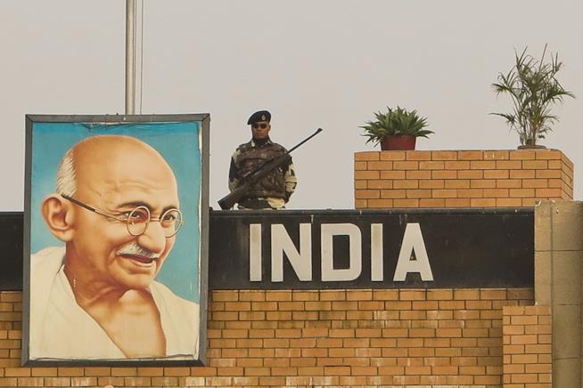 Quadro di Gandhi appeso fuori un palazzo indiano