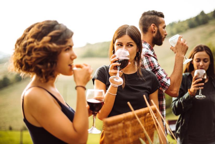 Dei ragazzi degustano vino