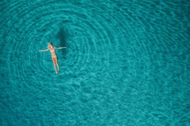 Donna che nuota da sola