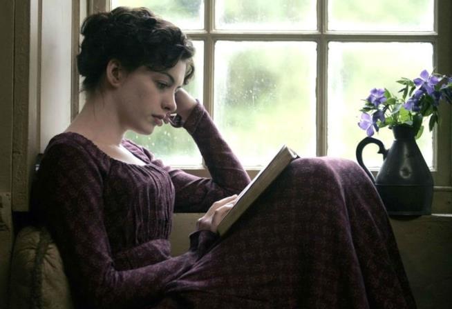 Anne Hathaway in una scena del film Becoming Jane