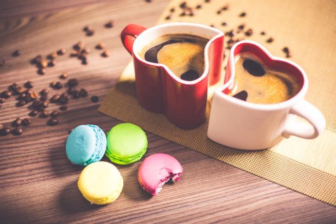 Tazze di caffè con biscotti