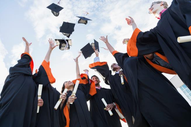 Gruppo di laureati lancia in aria il tocco