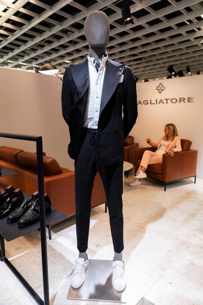 00831ed69d IMAXtree Completo nero di Tagliatore indossato con camicia e sneakers