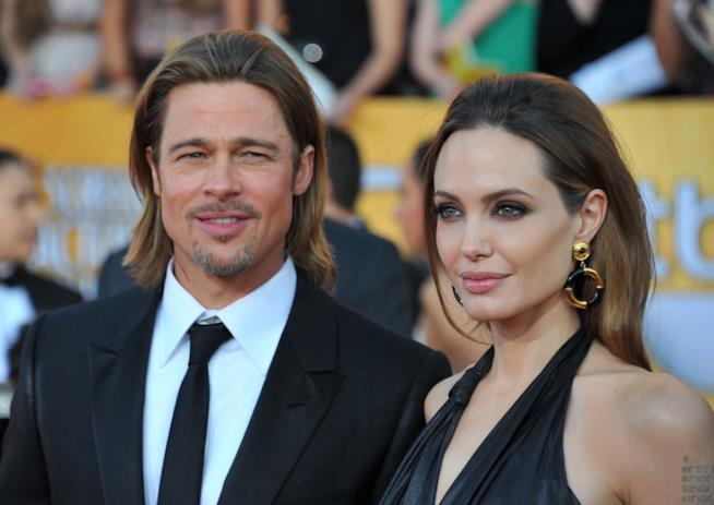 Angelina Jolie al fianco di Brad Pitt, sorridenti