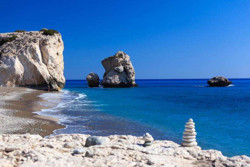 Lo scoglio che spunta dal mare blu di Paphos dove secondo la leggenda è nata Afrodite.