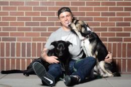 L'atleta olimpico Gus Kenworthy ed i suoi cani