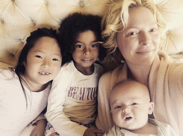 Una foto di Katherine Heigl con i suoi tre figli