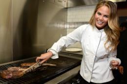 Chrissy Teigen in cucina