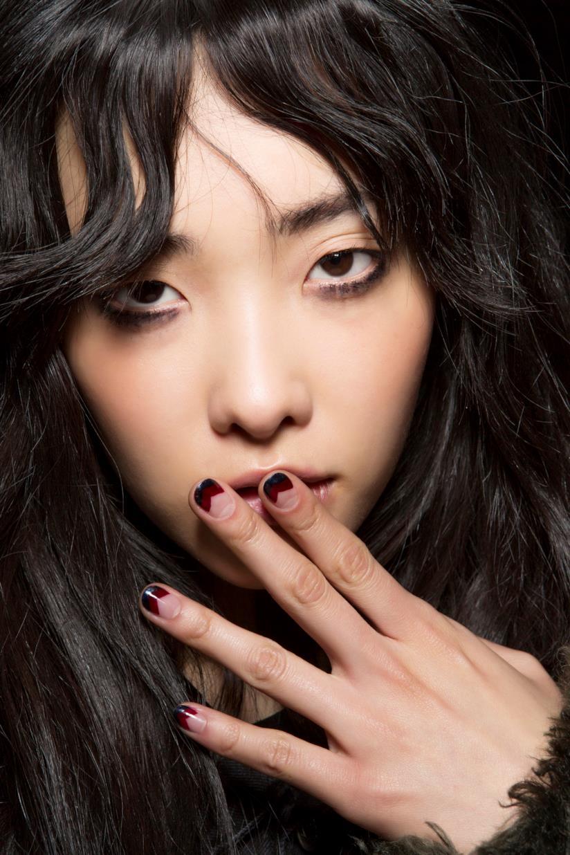 Nail art semplice nero e rosso