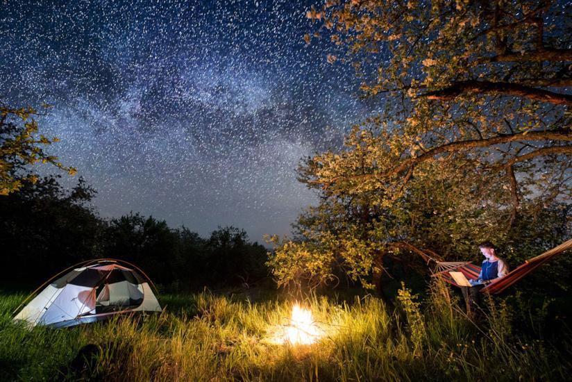 Il cielo visto da un'amaca, dormendo in campeggio