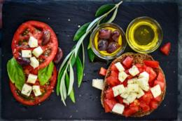 Pomodori, pane, formaggio e olio