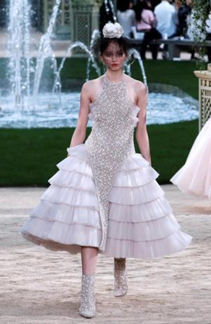Modello con balze e scintillii per Chanel Haute Couture 2018