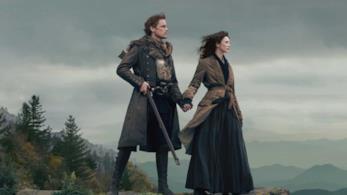 Claire e Jamie si tengono per mano