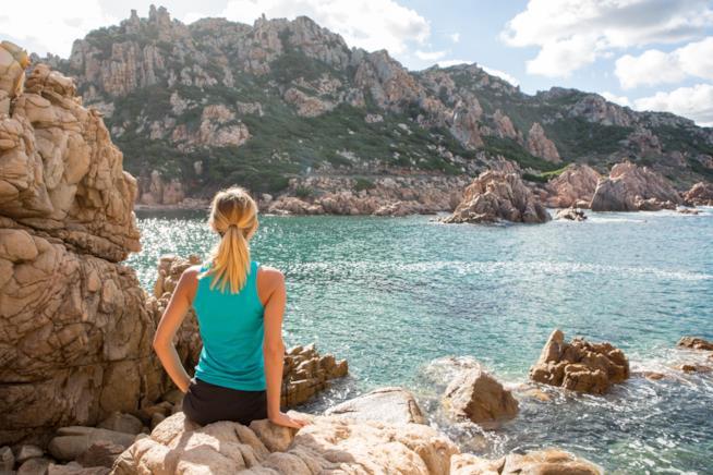 Spiaggia della Sardegna con donna