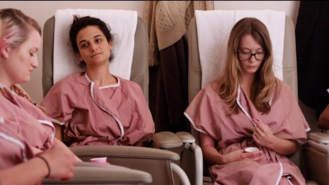Tre donne in attesa in una clinica per aborto