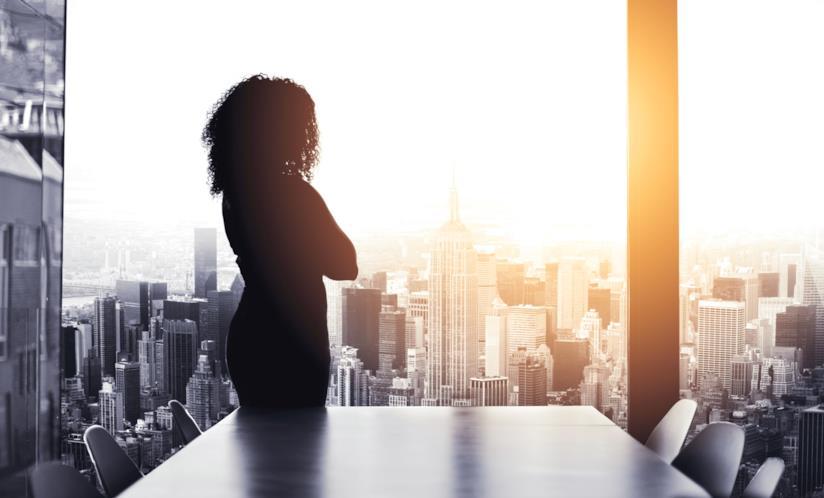 Donna che guarda un panorama urbano