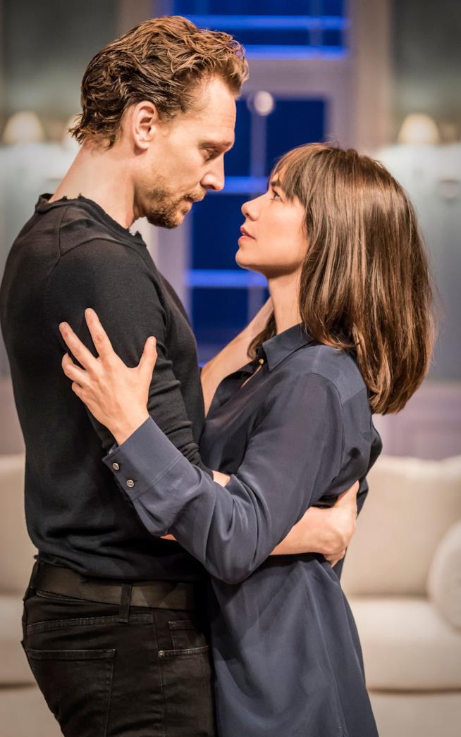 Tom Hiddleston con la sua partner di scena