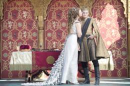 Re Joffrey viene baciato sulla guancia
