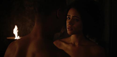 Verme Grigio e Missandei nudi l'uno di fronte l'altra