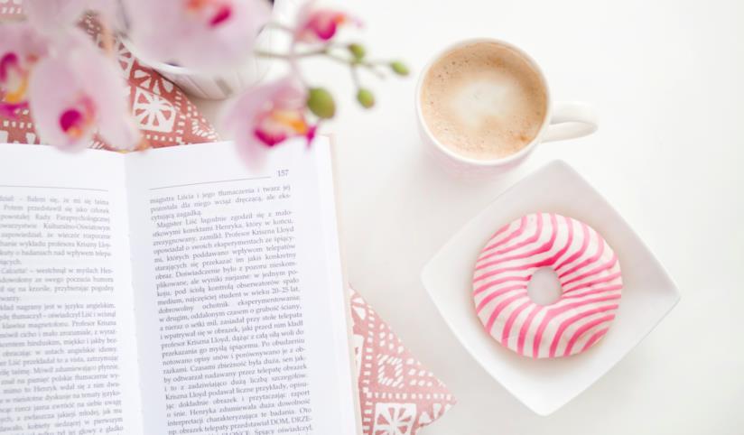 Ciambelle e libro su un tavolo