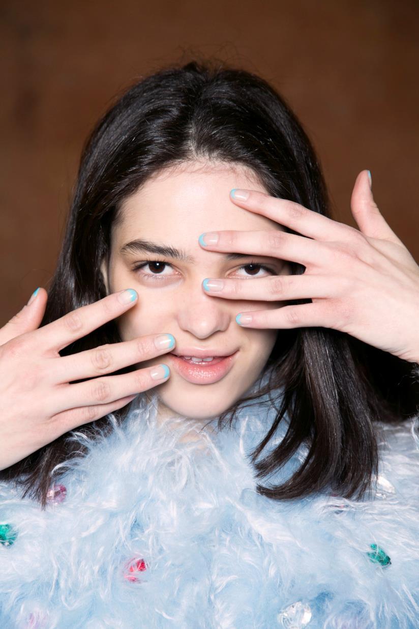 Nail art in gel blu chiaro e nude