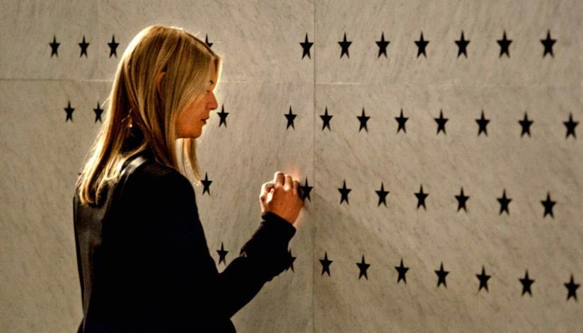 Carrie disegna una stella per rendere omaggio alla morte di Brody