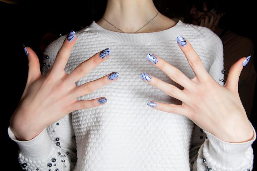 Nail art in gel blu con decorazioni nero e silver