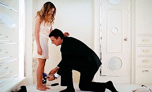 Big infila una scarpa a Carrie Bradshaw