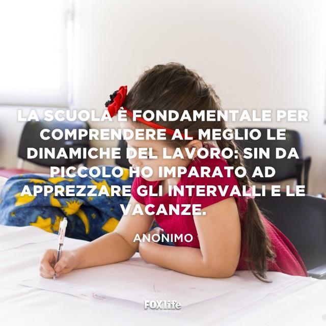 Bambina impegnata a scrivere