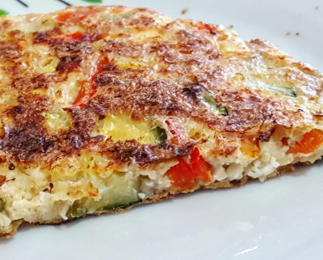 Spicchio di torta con formaggio e verdure