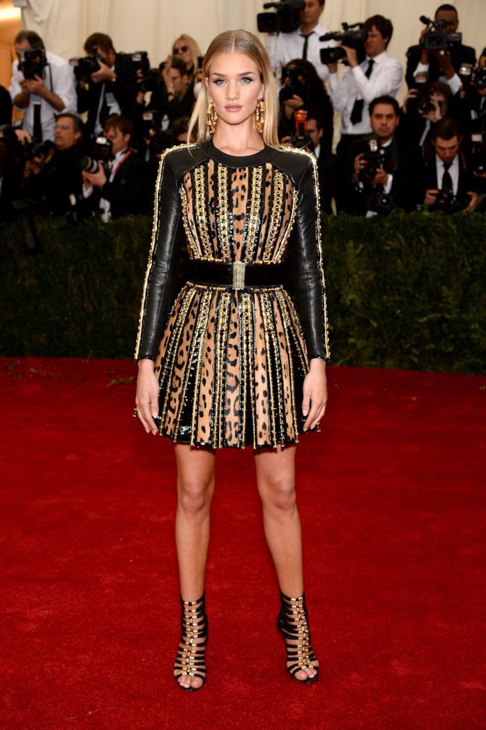 Rosie Huntington-Whiteley con abito leopardato in pelle