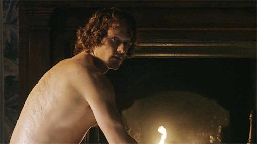 Jamie di spalle vicino al fuoco
