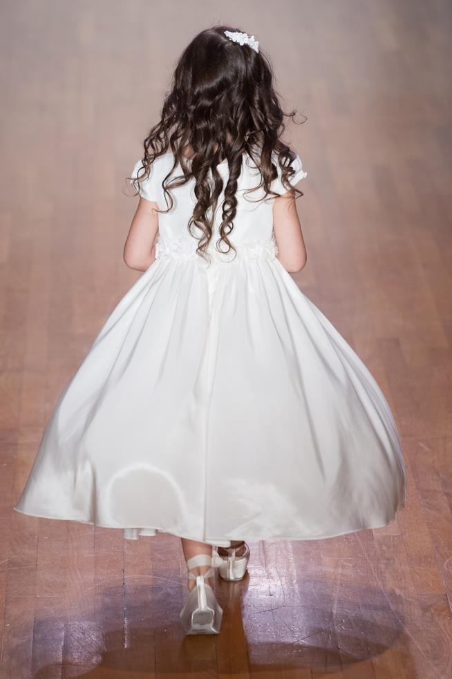 Modella con lunghi capelli ricci