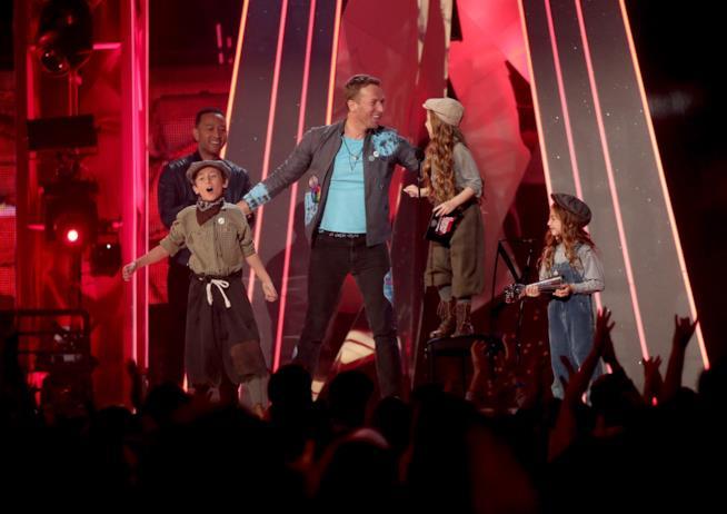 Chris Martin dei Coldplay sul palco con dei fans