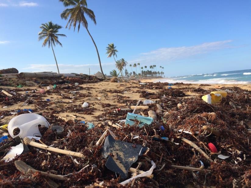 Spiaggia inquinata di plastica in Repubblica Domenicana
