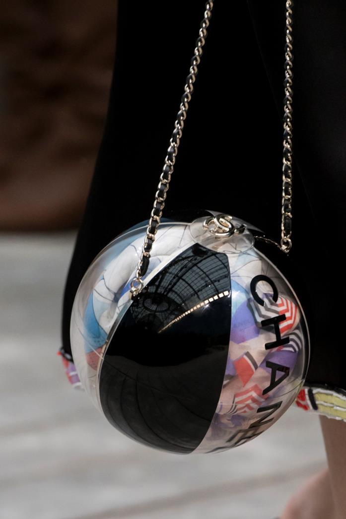 Chanel e la sua borsa a palloncino a tracolla
