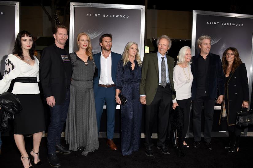 Clint Eastwood alla premiere di Il corriere -The Mule con moglie, fidanzata e figli