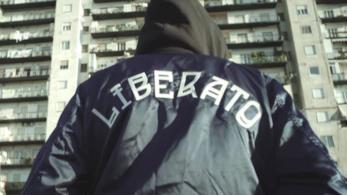 Liberato, di spalle, con una felpa con la scritta Liberato