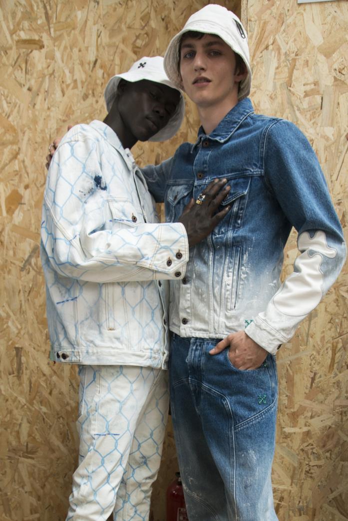 Due modelli nel backstage di Off-White