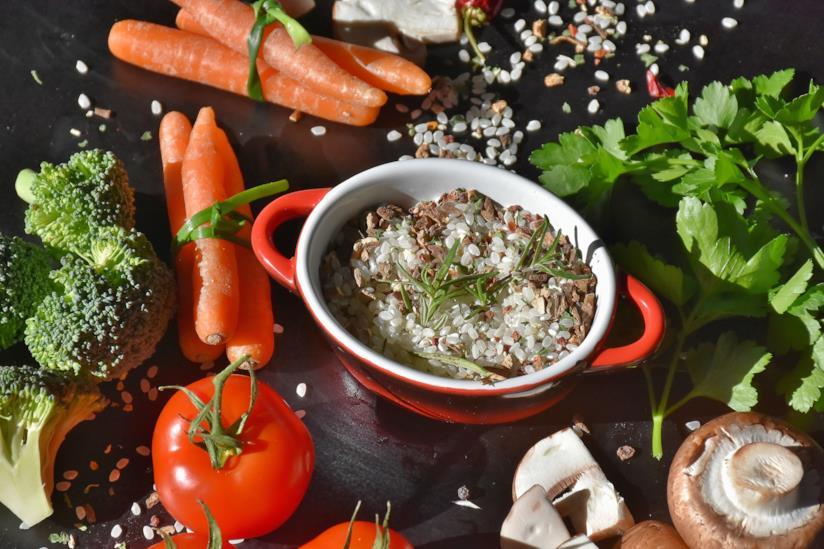Tavolo con verdure e pirofila con il riso