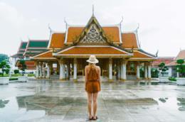 Donna a Bangkok davanti ad un tempio