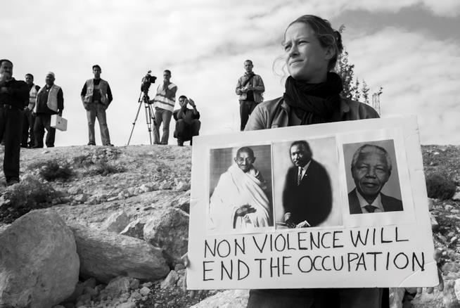 Donna durante una dimostrazione sulla non violenza