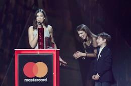 La cantante Dua Lipa riceve un premio ai Brit Awards