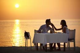 Una coppia cena in riva al mare